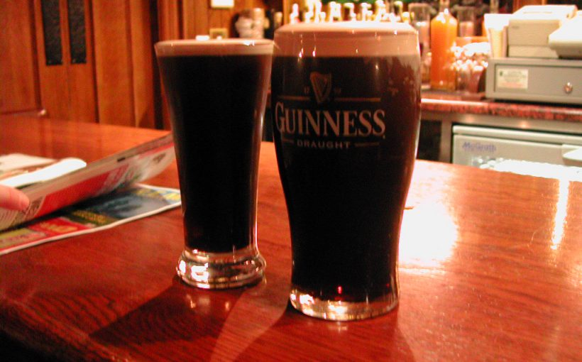 Ein Pint und ein Glas Guinness. Perfektion