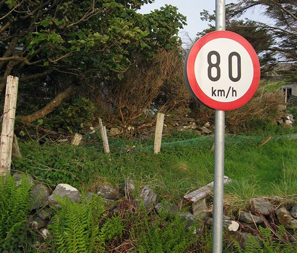 Absurdes Verkehrsschild in Irland